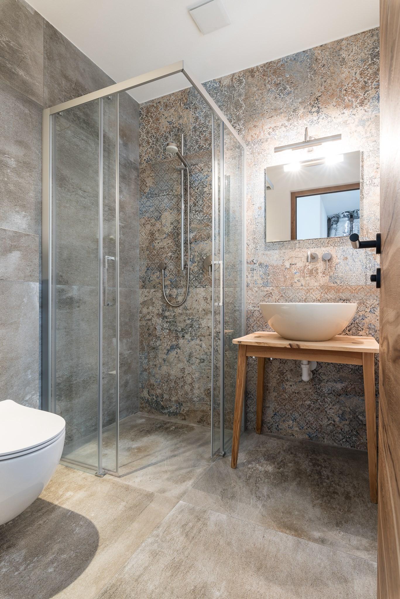 Aranżacja łazienki z płytkami Aparici Carpet