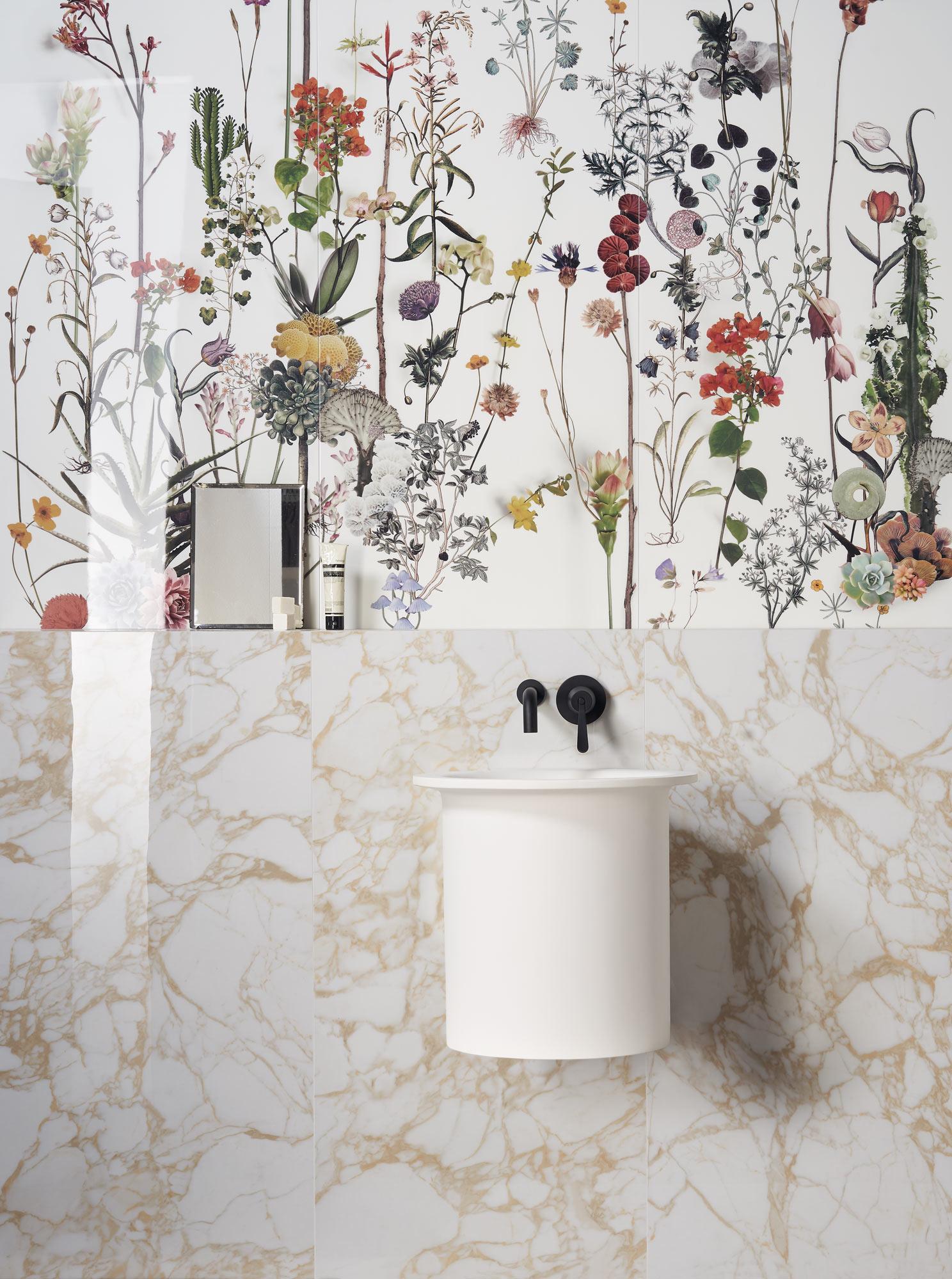 Łazienka z białą umywalką wiszącą i czarną baterią podtynkową oraz płytkami Paper41 Lux Franz