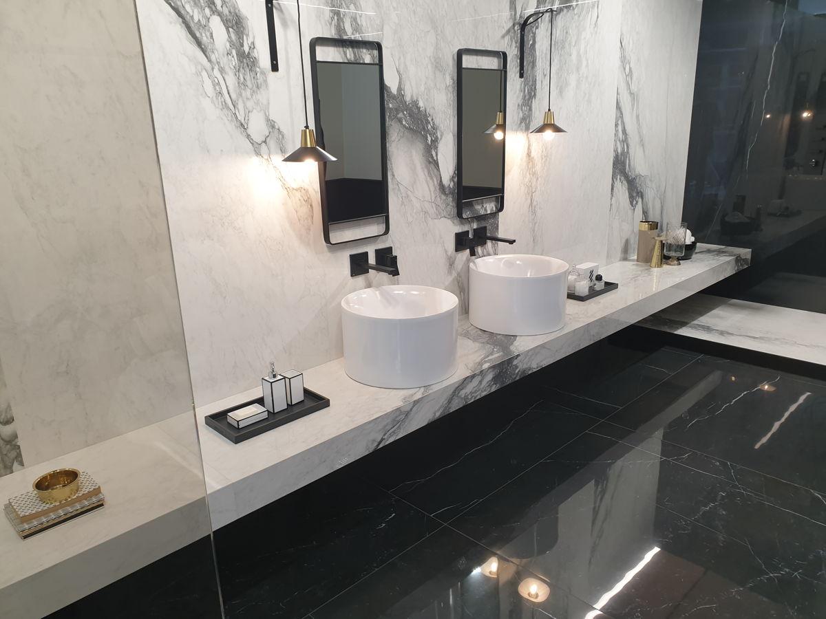 Łazienka z wstylu glamour z białymi i czarnymi płytkami imitującymi marmur