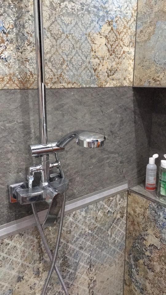 Prysznic z płytkami carpet od aparici