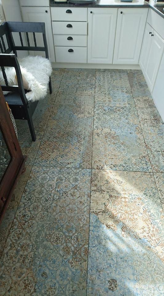 Kuchnia z białymi szafkami i płytkami aparici carpet vestige 50x100