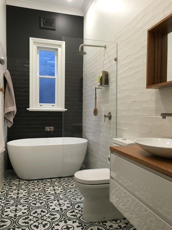 Łazienka biała z motywem patchwork i gresem szkliwionym