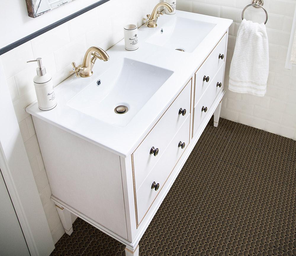 Biała łazienka w stylu art deco ze złotymi bateriami