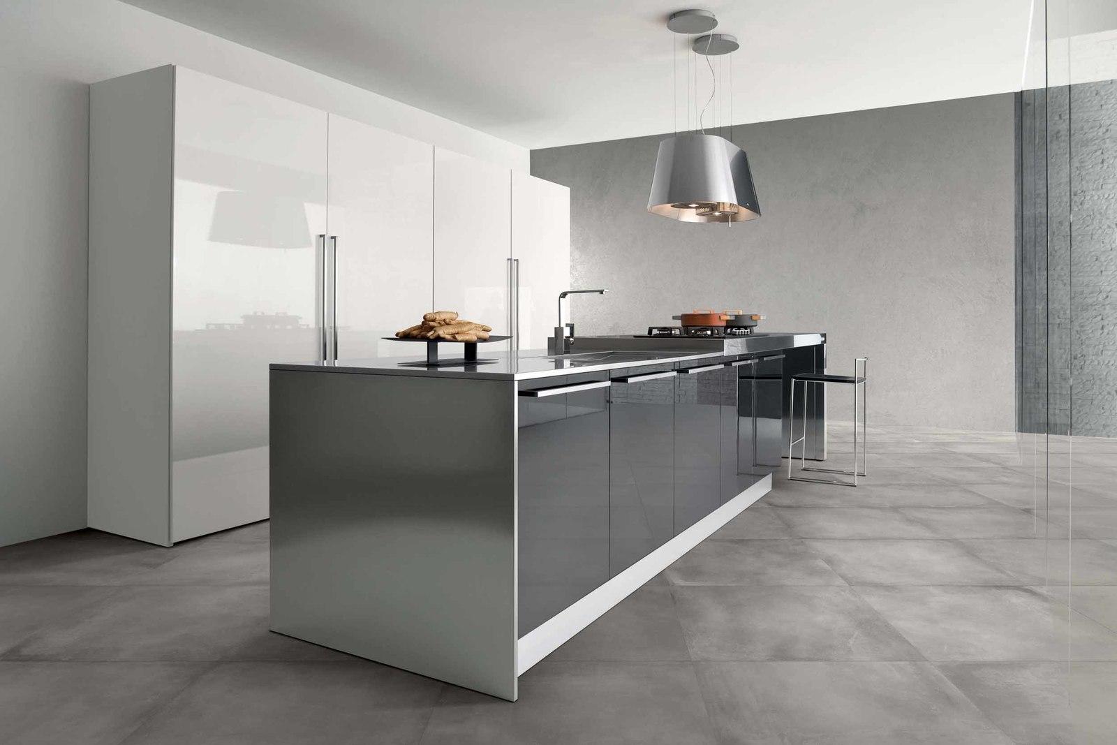 Minimalistyczna kuchnia z szarymi i białymi meblami, dwoma lampami wiszącymi, wysokim taboretem i płytkami imitującymi beton Basic Light Grey 81x81