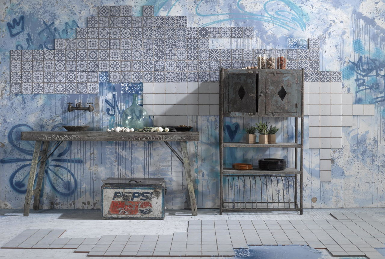 Niebieskie wnętrze w stylu WABI-SABI z płytkami patchwork