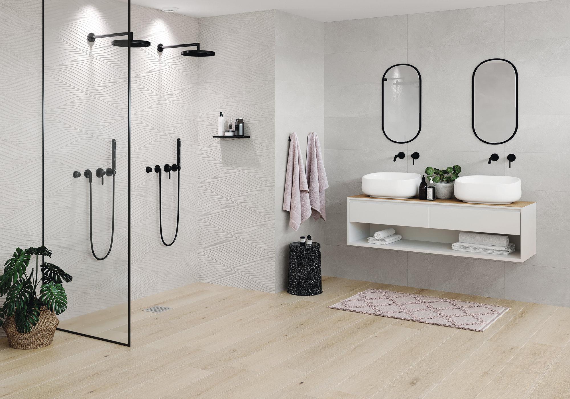Łazienka z szafką wiszącą, dwoma umywalkami nablatowymi, dwoma prostokątnymi lustrami i czarnym prysznicem oraz płytkami Whistler Maple
