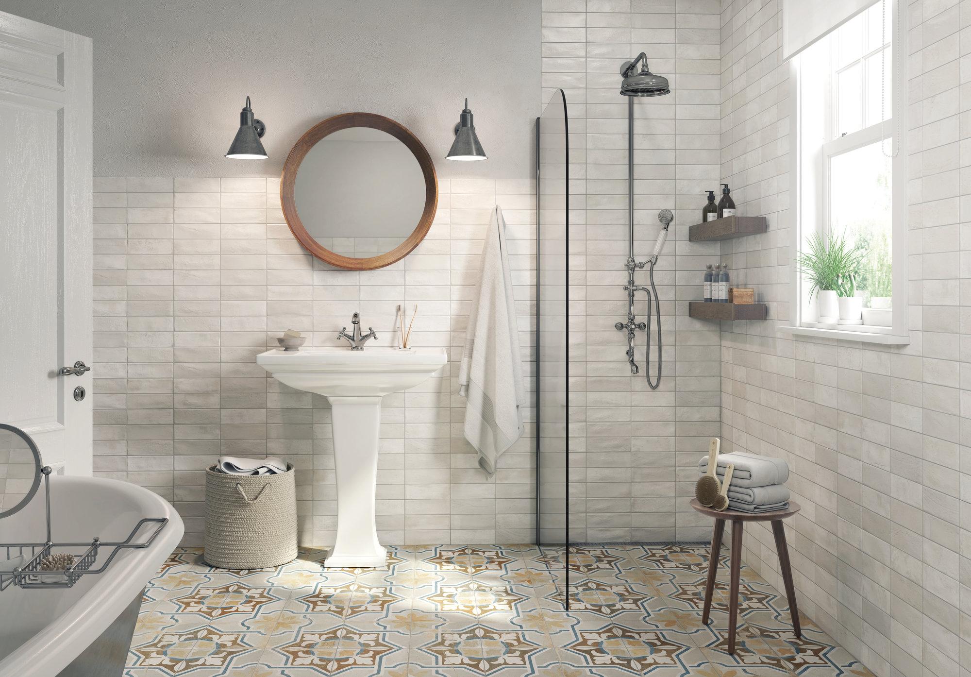 Łazienka z białą umywalką, okrągłym lustrem, kabiną prysznicową, wanną i płytkami FS Clay Seal