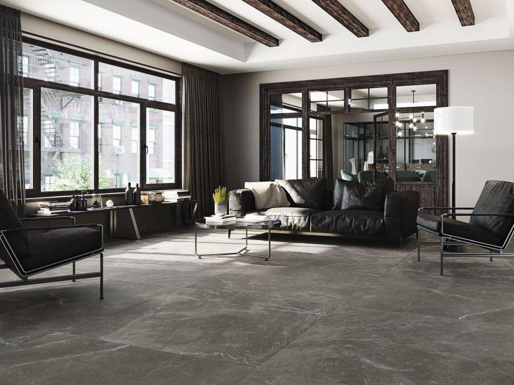 Duży salon z szarymi płytkami imitującymi kamień