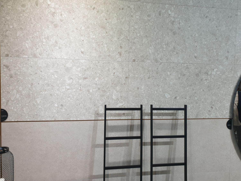 Płytki duże lastrico Flodsten na ścianie