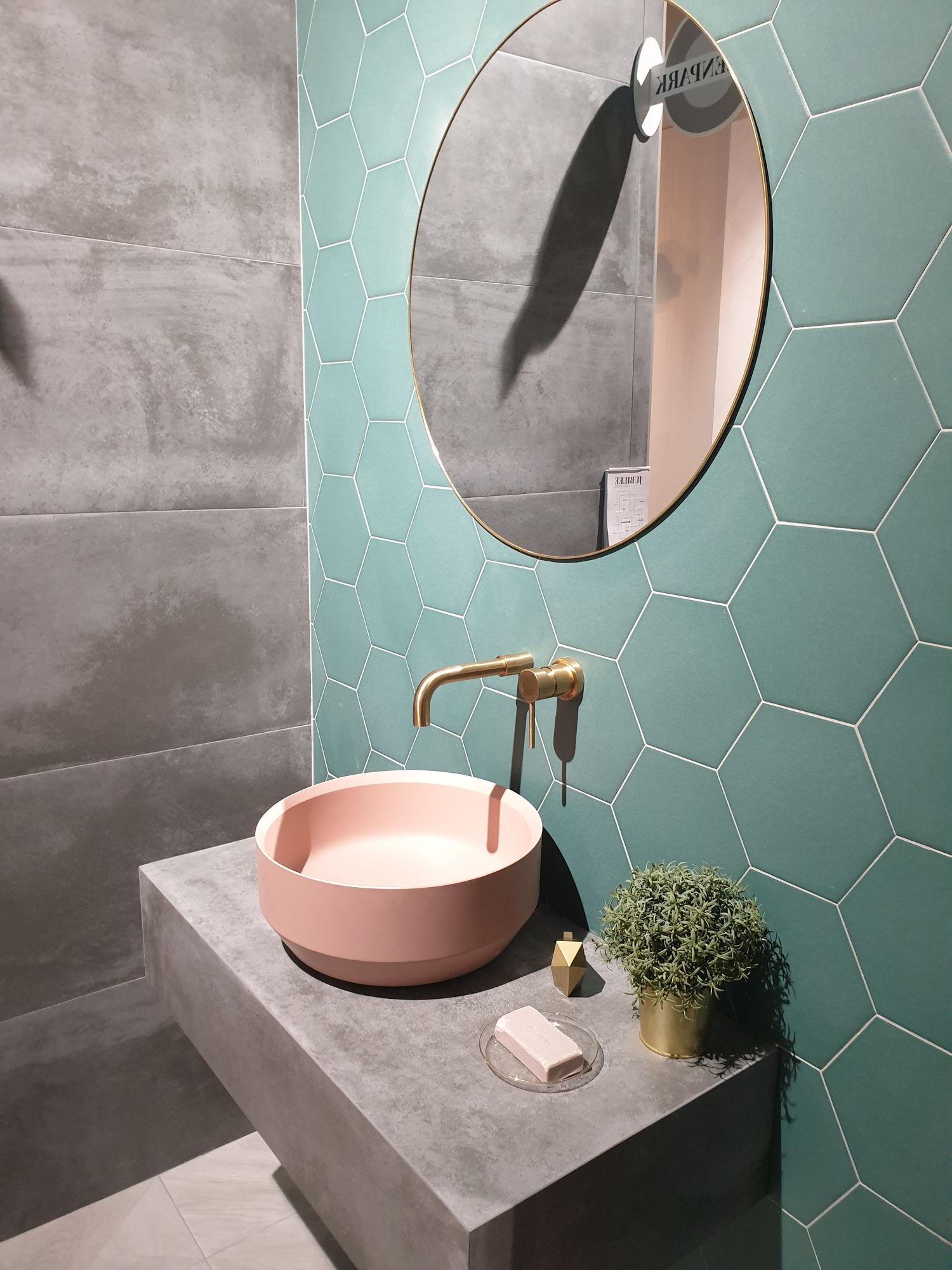 Płytki heksagony PAMESA Jubilee na ścianie w łazience