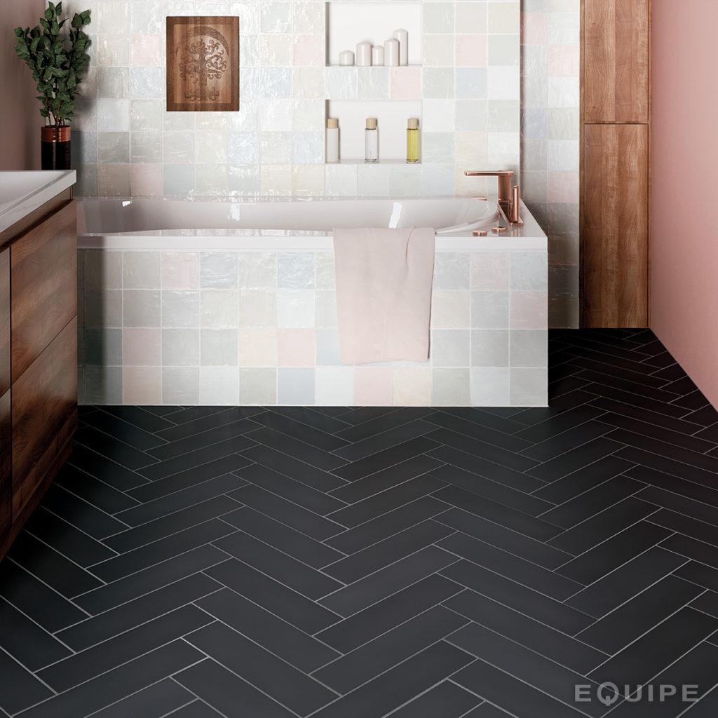 Biało czarna łazienka z płytkami w jodełkę na podłodze