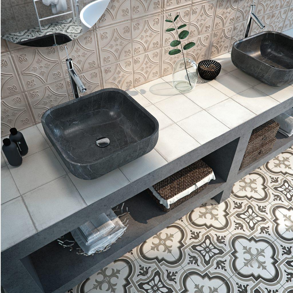 Łazienka z dwoma czarnymi umywalkami nablatowymi, podłużną szafką oraz płytkami Tango Gaona Natural