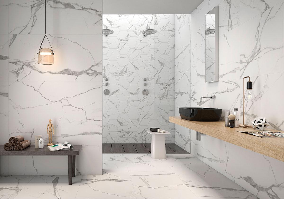 Łazienka utrzymana w bieli z czarną umywalką nablatową, ciemnobrązowym stolikiem, lampą wiszącą, kabiną prysznicową oraz płytkami Kaunas Blanco