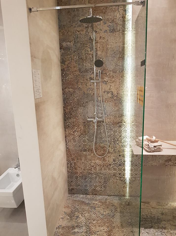 Kabina prysznicowa z gresem aparici carpet