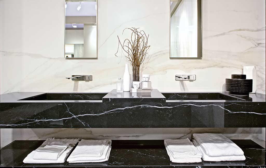 Łazienka z płytkami imitującymi marmur czarny marmur i białą callacattę