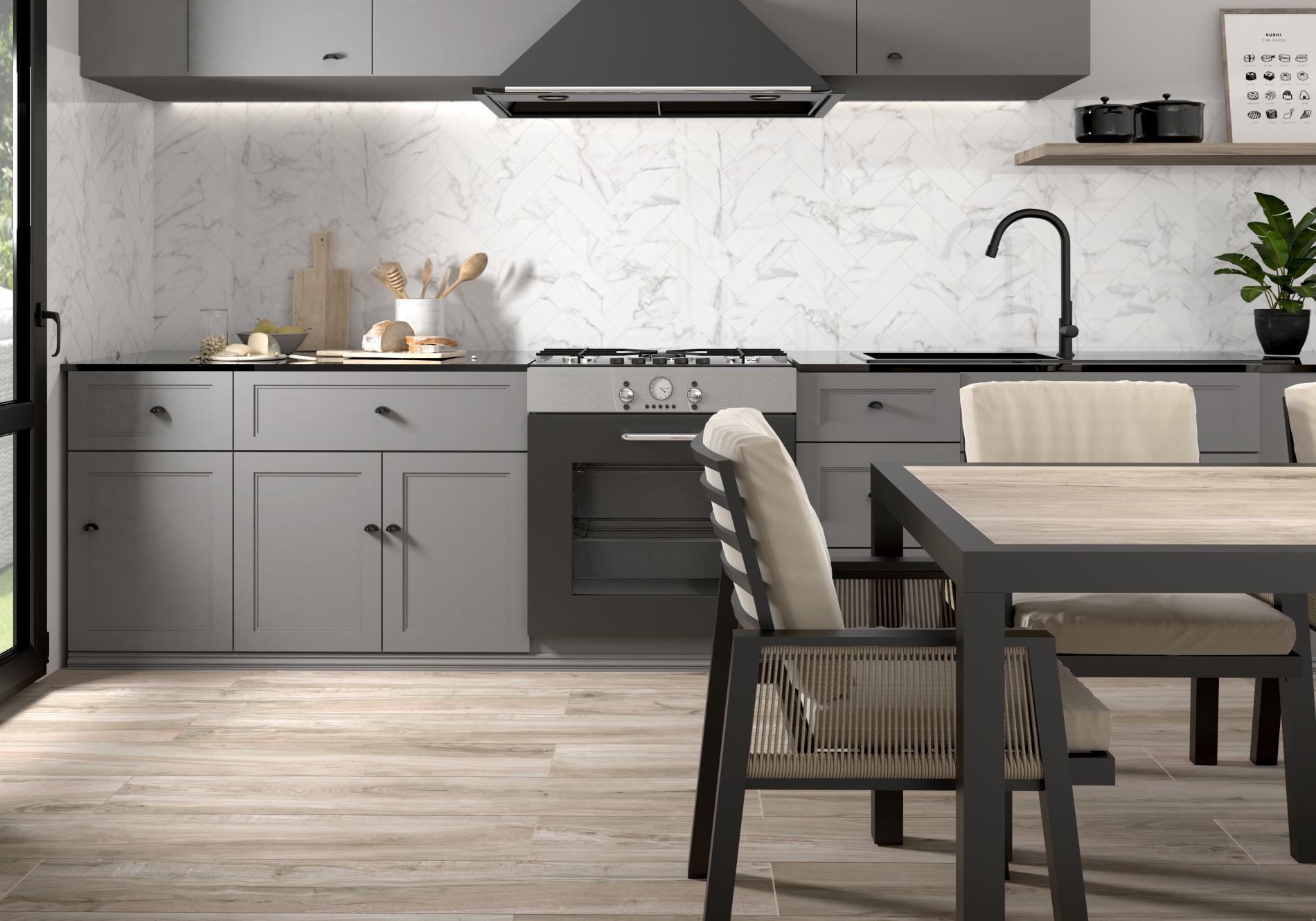 Kuchnia z szarymi szafkami stojącymi i wiszącymi, okapem, czarną baterią kuchenną, stołem i trzema krzesłami, oraz płytkami podłogowymi drewnopodobnymi