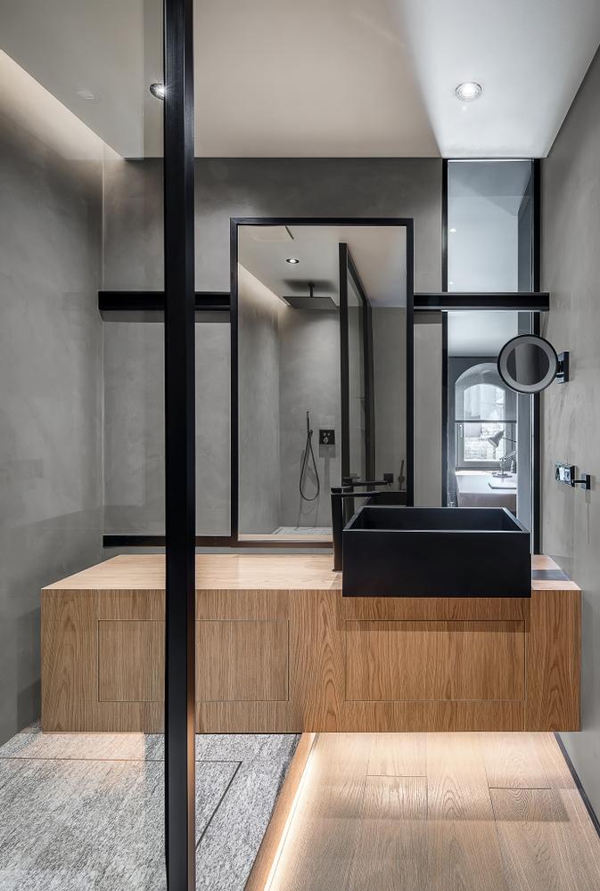 Łazienka nowoczesna z czarnymi elementami i drewnem