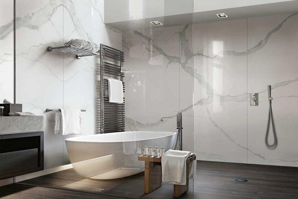 Łazienka z płytkami imitującymi marmur w stylu nowojorskim stylu hollywood