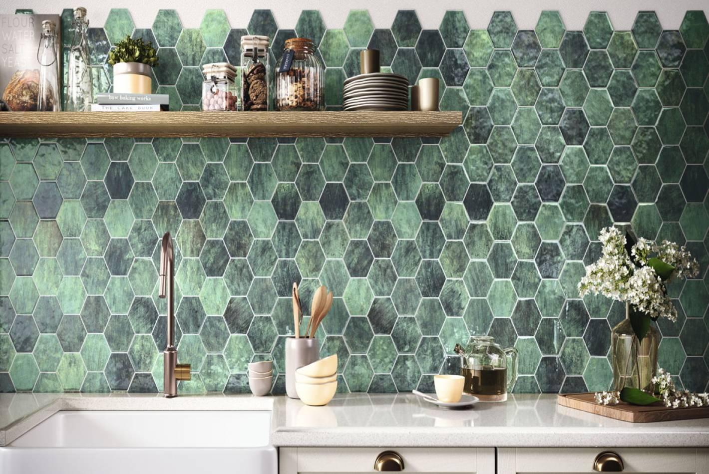 Kuchnia z płytkami heksagonalnymi w kolorze zielonym