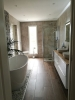 nowoczesna łazienka z dekoracjami i płytkami drewnopodobnymi
