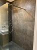 szare plytki w prysznicu