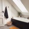 czarno białe płytki patchwork w łazience