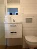 realizacja łazienki z płytkami vives mugat blanco 10x20 białymi kaflami