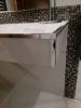 detal łazienki z srebrnymi listwami