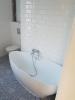 płytki niebieskie patchwork łazienka nowoczesna białe kafelki scienne