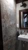 nowoczesna łazienka z płytkami kolorowymi