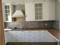 nowoczesne płytki miedzy meblami w kuchni