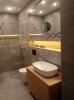 nowoczesna łazienka z szarymi płytkami duze formaty