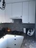 płytki niebieskie miedzy meblami w kuchni patchwork