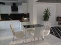białe płytki podłgowe do salonu i kuchni