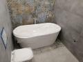 mała łazienka z wanna wolnostojacą