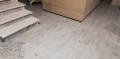 płytki drewnopodobne na schodach i w salonie podlogowe