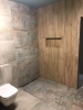 płytki szare i drewnopodobne w łazience