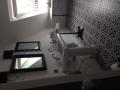 Łazienka z umywalką i płytkami Boulevard Negro 45x45