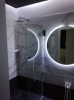 klasyczna łazienka z płytkami marur z szarymi smugami