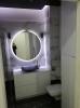 białe płytki i czarne podłogowe z jasna smuga w łazience łazienkowe podłogowe