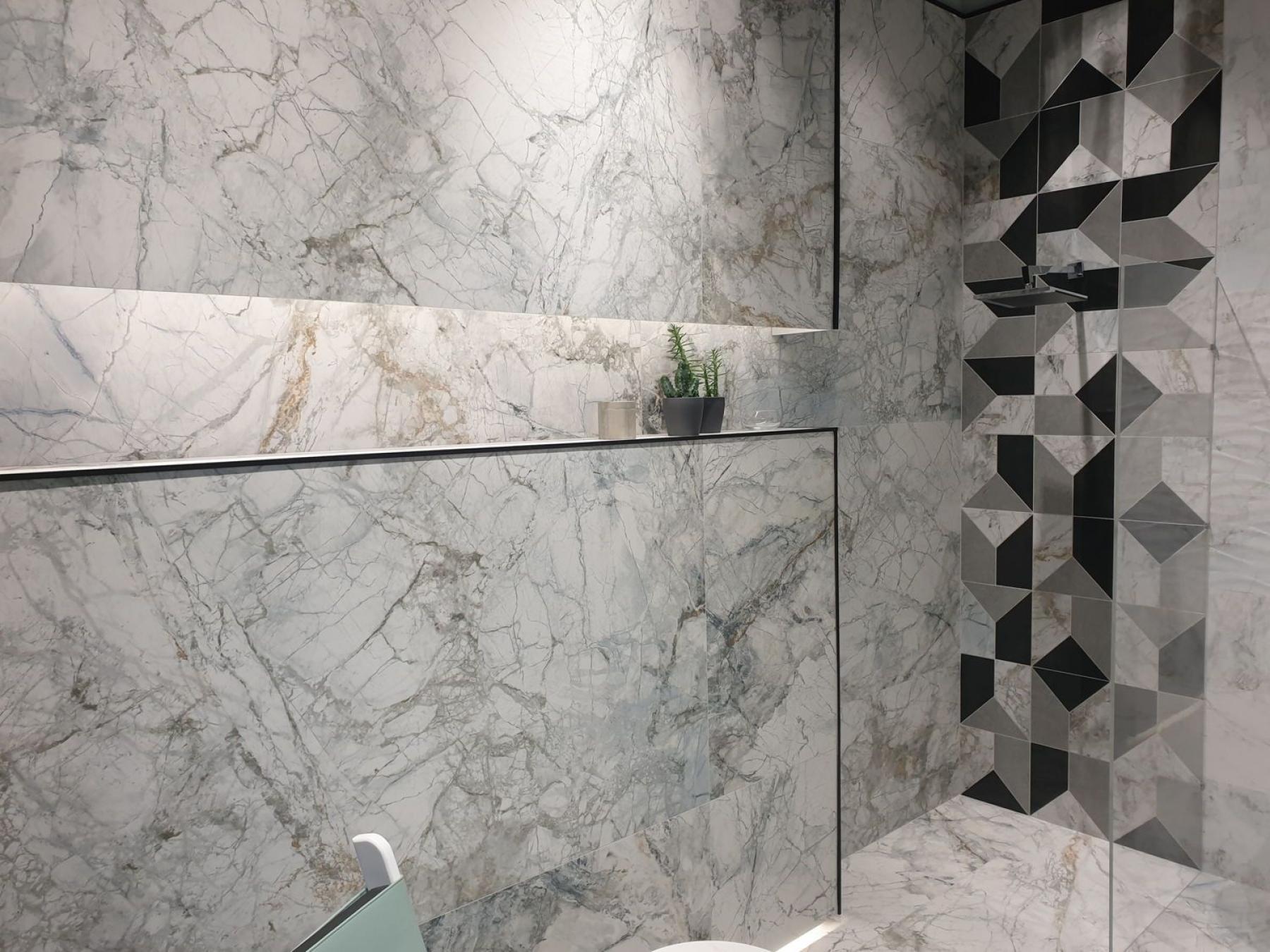 Aranżacja łazienki z wielkoformatowymi płytkami imitującymi naturalny kamień Peronda Supreme White 100x180