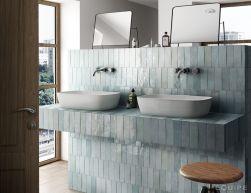 Łazienka z dwiema białymi umywalkami nablatowymi, bateriami podtynkowymi, dwoma lusterkami stojącymi, taboretem, oknem i płytkami Artisan Aqua