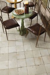 Restauracja z okrągłymi stolikami, brązowymi krzesłami, talerzem z pizzą i płytkami podłogowymi FS-0 45x45