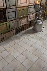 Zbliżenie na podłogę wyłożoną płytkami bazowymi FS-0 45x45