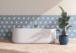 Łazienka z białą owalną wanną, kwiatem stojącym doniczkowym i płytkami ściennymi heksagonalnymi Varadero Azure