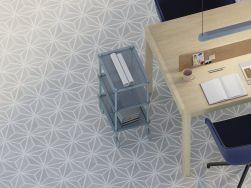 Widok z góry na drewniany stół, dwa granatowe krzesła, wózek z półkami i podłogę wyłożoną płytkami heksagonalnymi Varadero Grey