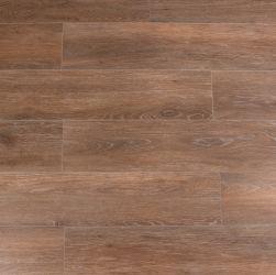 Kompozycja ułożona z płytek imitujących drewno brązowych Viggo Nogal 20x120