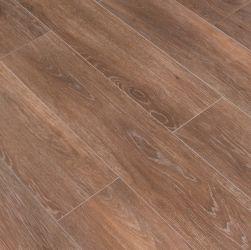Podłoga stworzona z płytek drewnopodobnych brązowych Viggo Nogal 20x120