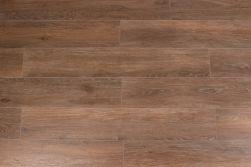 Kompozycja podłogowa ułożona z płytek brązowych drewnopodobnych Viggo Nogal 20x120