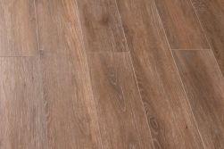 Kilka płytek brązowych drewnopodobnych ułożonych w kompozycję podłogową Viggo Nogal 20x120